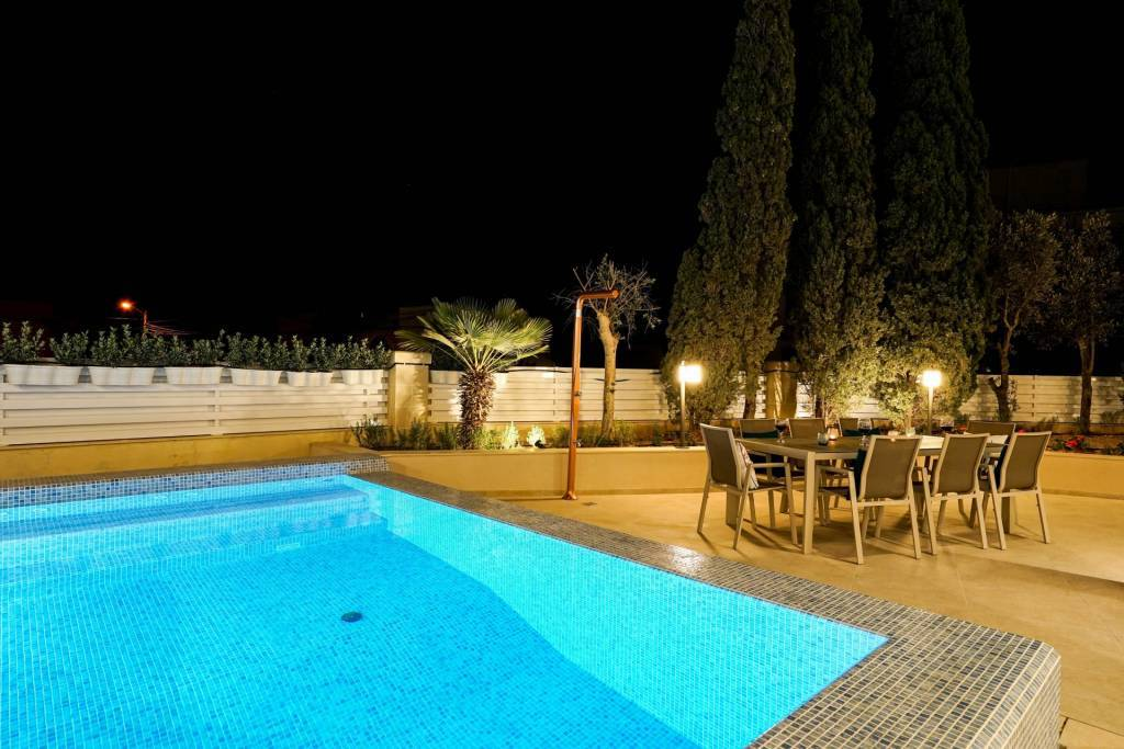Four-Bedroom Villa with Pool in Victoria Gardens