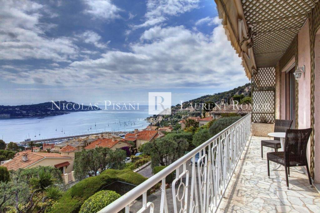 SPACIOUS APARTMENT WITH LARGE TERRACE, PRIVATE GARDEN AND PANORAMIC SEA VIEW