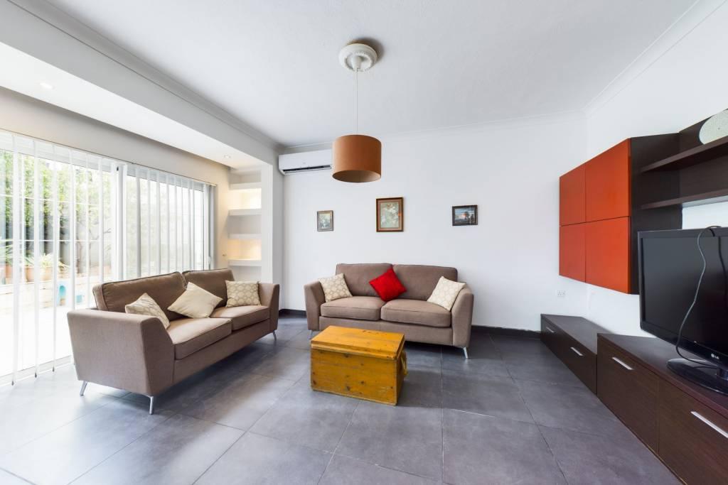 Three-Bedroom Maisonette in Ibragg