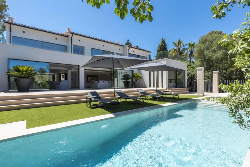 Minimalist design villa in very quiet location