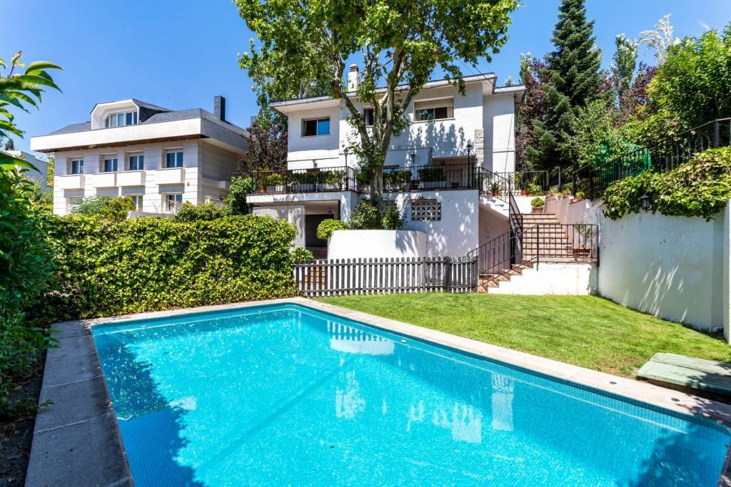 Detached villa with garden, swimming pool and panoramic views.