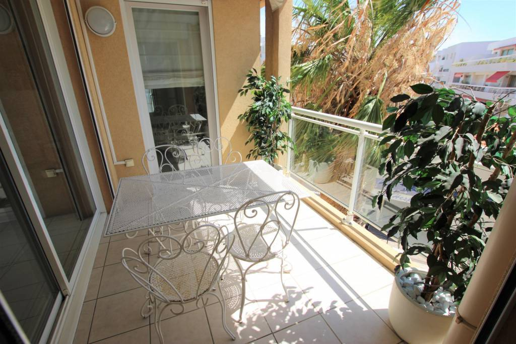 Palm Beach area Beautiful 3 room apartment at 200 m. from beaches and shops