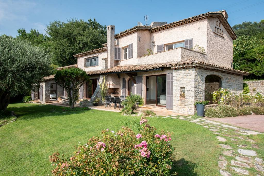 Attractive Provençal-style villa in a residential area