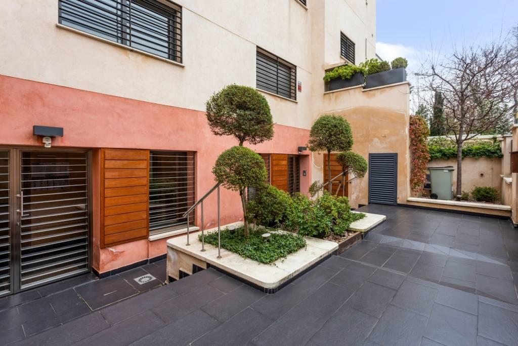 Magnificent building for investors in El Viso