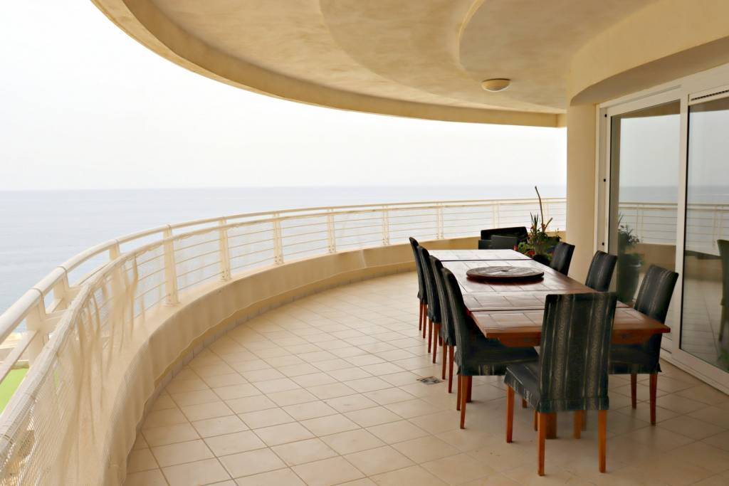Highly finished apartment with fantastic sea views